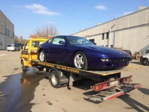 Soccorso stradale a Modena H24. Carroattrezzi con Ferrari blu caricata