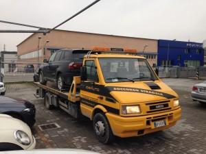 Soccorso stradale a Modena H24. Carroattrezzi Idea Auto con suv BMW caricato